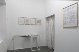 Links: QR Codes, 2018, Kohle auf Papier, jeweils 29,7 x 21 cm Rechts: Lied der Ludditen, 2018, Graphit und Tusche auf Papier, 66 x 46,3 m