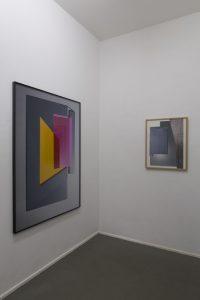 Links: »Ismus (Magenta)«, Fotografie 1/3, 140 x 101 cm, 2016. Rechts: »Ataxie (3)«, Fotocollage (Unikat), 67,5 x 52 cm, 2018