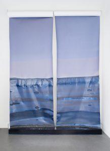 Rising horizon, 2018, B/W Fomabrom Photograhic Paper, zerschredderte Fotos, Druckertinte, Papierentwickler, 220 x 310 x 22 cm
