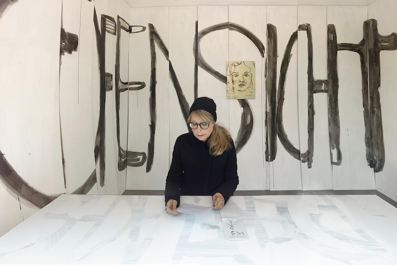 Roland Schappert, »DAS OFFENSICHTLICHE KLEBT NICHT AN DER OBERFLÄCHE«, Schriftbild-Installation, 18 Rigipsplatten, Sepiatusche, Wandfarbe, Licht, (ortsspezifisch) und »SR11«, 2018, lichtechter Pigmentdruck auf Aluminium, 54 x 40,5 cm, Edition von 8