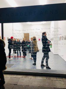 Galerierundgang Courtesy Galerie Norbert Arns Ausstellung I WANT TO FUCK MINDS, NOT BODIES ©Werke Lara Konrad. Foto Anne Scherer