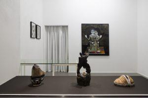 Ausstellungsansicht mittig, Plastik links: Afknapper (Nubbel) Holz, Keramik, Kunsthaar, Ton ca. 27 x 18 x 14 cm, Plastik Mitte: Ragtime Theorem (Wibbelstätz) Holz, Ton, Porenbeton ca. 42 x 19 x 15 cm, beide 2019