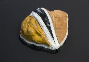 Suffer no Fools (Nüsel), 2019, Holz, Keramik, Papier, Ton ca. 26 x 21 x 13 cm