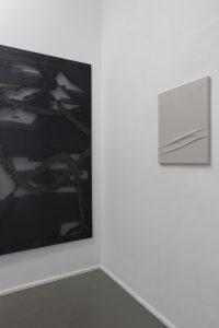 "Links: Anschnitt »Allegro«, 2019, Polyester, bedrucktes Papier auf Keilrahmen, 180 x 120 cm. Rechts: ""macula I«, 2016, Polyester, Packseide auf Keilrahmen, 50 x 40 cm"