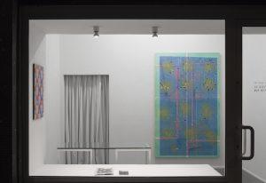 Christof John, links: »Ohne Titel«, 2019 Acryl auf MDF 60 × 40 cm, rechts: »Ohne Titel (Ticket III)«, 2019, Acryl, Sprühlack und Öl auf MDF, 200 × 125 cm