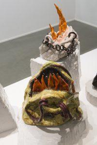 Nschotschi Haslinger Vordergrund »Brennende Tasche IV«, 2019, glasierte Keramik, 30 x 33 x 28 cm ohne Sockel, Hintergrund »Brennende Tasche V, 2019, glasierte Keramik, 29 x 30 x 20 cm ohne Sockel