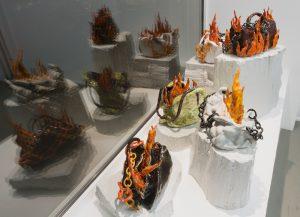 Nschotschi Haslinger »Brennende Taschen«, 2018 und 2019, glasierte Keramik, diverse Formate