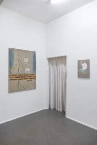 Pauł Sochacki, links: »Okno bez dna«, 2020, Öl auf Leinwand, 122 x 90 cm, rechts: »Being hungry is an human right«, 2015, Öl und Wandfarbe auf Leinwand, 44 x 32 cm