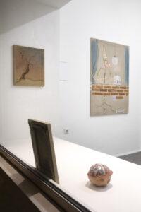 Pauł Sochacki, im Vordergrund: »Honigpumpe«, 2020, Keramik teilglasiert, 12 x 14 x 15 cm, im Hintergrund links: »Soul looking for a body«, 2019, Öl auf Leinwand, 45 x 38 cm, rechts: »Okno bez dna«, 2020, Öl auf Leinwand, 122 x 90 cm