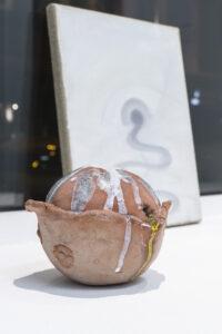 Pauł Sochacki, im Vordergrund: »Honigpumpe«, 2020, Keramik teilglasiert, 12 x 14 x 15 cm, im Hintergrund: »Study for a door«, 2017, Öl auf Leinwand, 35 x 27 cm
