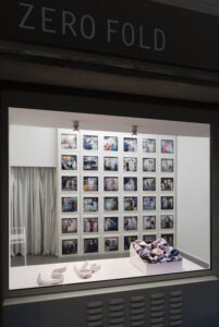 Reza und Linda Nadji, MEMORY. II, Fotoinstallation 2021, Digitaldruck auf Satin, Tortenschachteln, Aluminiumblech_1