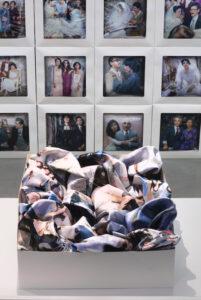 Reza und Linda Nadji, MEMORY. II, Fotoinstallation 2021, Digitaldruck auf Satin, Tortenschachteln, Aluminiumblech_4