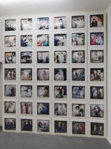 Reza und Linda Nadji, MEMORY. II, Fotoinstallation 2021, Digitaldruck auf Satin, Tortenschachteln, Aluminiumblech_2