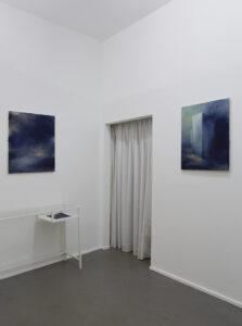 © Max Marion Kober, Kicking clouds around, linke Wand: o.T., 2021, Gouache auf Leinwand, 65 x 50 cm, rechte Wand: inke Wand: o.T., 2021, Gouache auf Leinwand, 65 x 55 cm