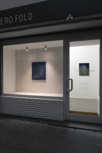 © Max Marion Kober, Kicking clouds around, im Fenster: o.T., 2021, Gouache auf Leinwand, 70 x 55 cm, an der Wand: o.t., 2020, Gouache auf Leinwand, 50 x 40 cm