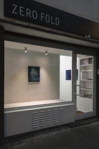 © Max Marion Kober, Kicking clouds around, im Fenster: o.T., 2020, Gouache auf Leinwand, 50 x 40 cm, an der Wand: o.T., 2021, Gouache auf Leinwand, 50 x 40 cm